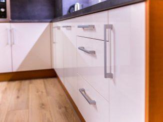 Detail bielej lesklej kuchyne