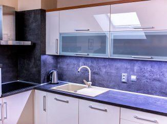 Bielo-sivá rohová kuchyňa