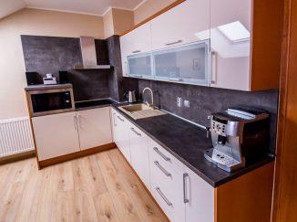 Biela podkrovná lesklá kuchyňa