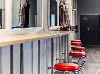 Chodba s červenými barovými stoličkami