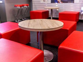 Červené stoličky a stôl v športovej predajni