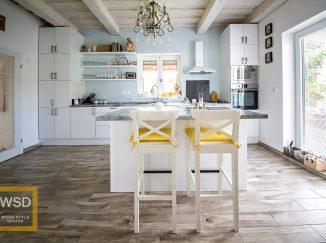 Vintage biela kuchyňa s modrou stenou a žltými stoličkami