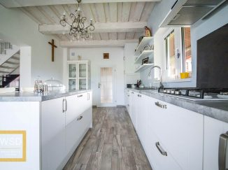 Vintage biela kuchyňa s lustrom