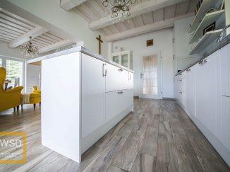 Vintage biela kuchyňa s kuchynským ostrovčekom