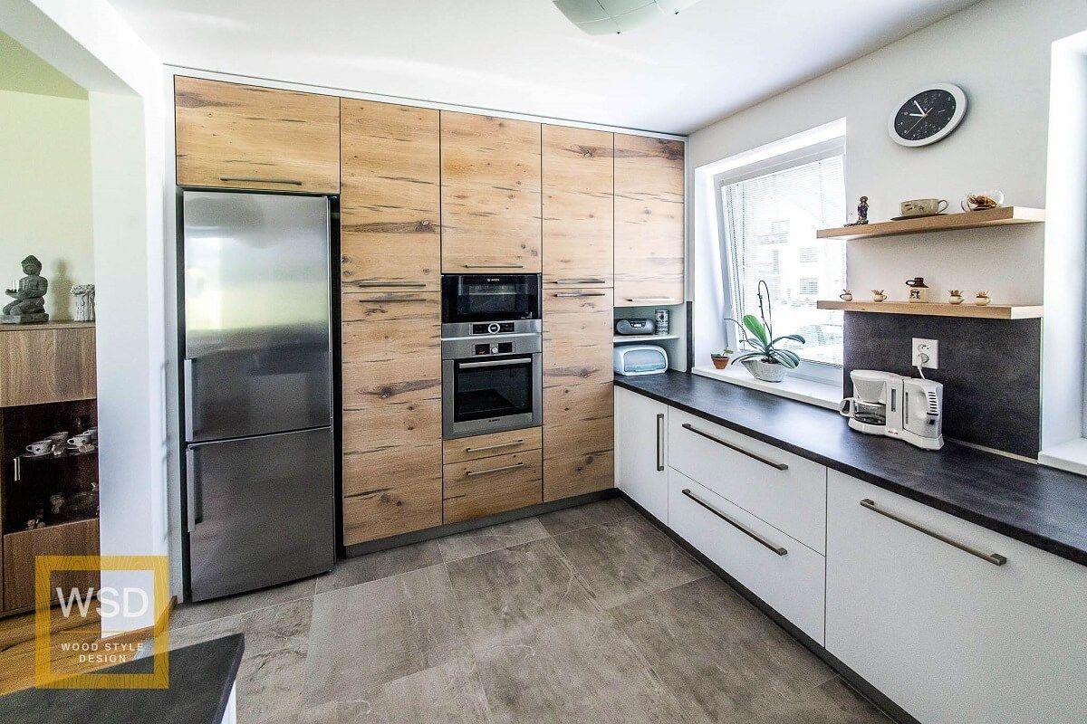 Priestranná moderná drevená kuchyňa