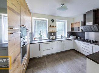 Moderná biela kuchyňa s drevom