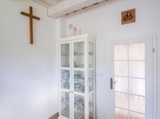 Biely kredenc vo vintage kuchyni