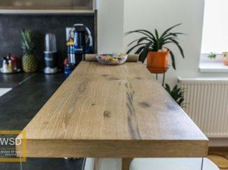 Drevený barový pult v kuchyni