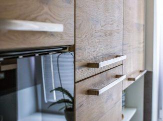 Detail drevenej kuchyne so vstavanými spotrebičmi