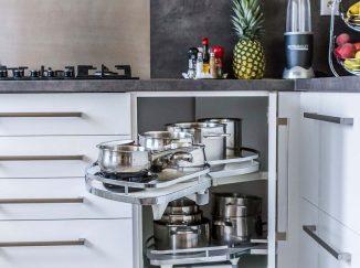 Otvorená skrinka na potraviny v modernej kuchyni