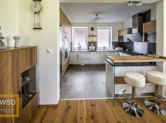Moderná drevená kuchyňa do U