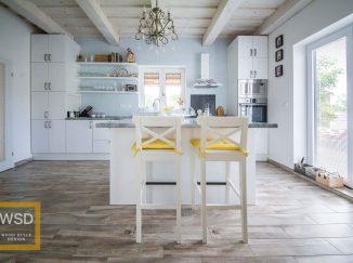 Vintage biela kuchyňa so žltými stoličkami