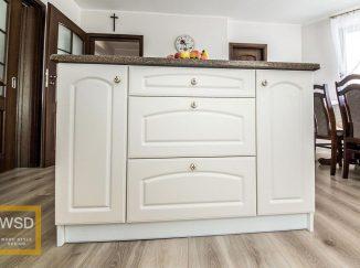 Detail bielej kuchynskej linky