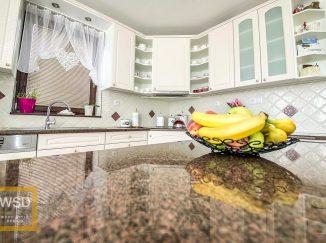 Miska s ovocím na kuchynskom ostrovčeku