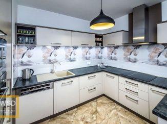 Moderná bielo-sivá kuchyňa do U