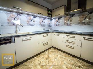 Moderná bielo-sivá kuchyňa s kvetovými kachličkami