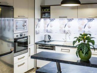 Sivý barový pult v modernej kuchyni