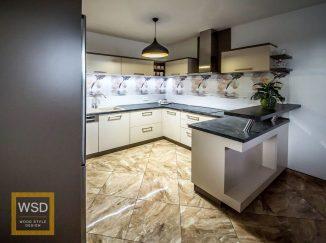 Moderná bielo-sivá kuchyňa s barovým pultom