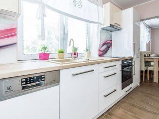 Lesklá biela kuchyňa s oknom