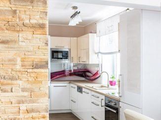 Pohľad do lesklej bielej kuchyne