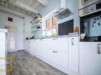 Vintage biela kuchyňa s modrou stenou