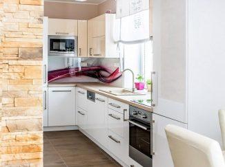 Biela lesklá kuchyňa s prepojením do obývačky