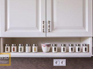 Koreničky na poličke v kuchyni