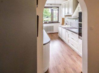 Pohľad cez dvere do kuchyne