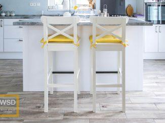 Biele drevené stoličky so žltým sedákom
