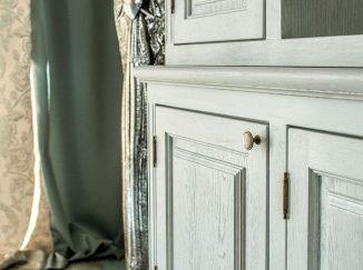 Detail bielej drevenej vitríny