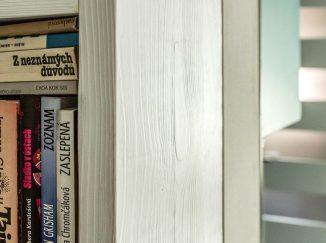 Detail rohovej knižnice