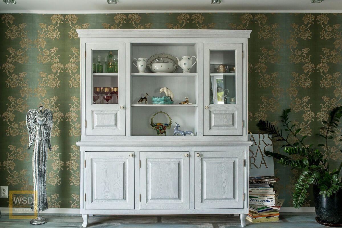 Biela drevená vitrína do obývačky