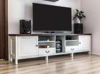 Biely drevený stolík pod televízor
