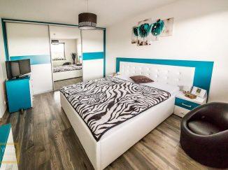 Bielo-modrá spálňa s nábytkom na mieru