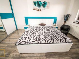 Manželská posteľ s bielo-modrým čelom