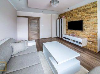 Moderne zariadená biela obývačka