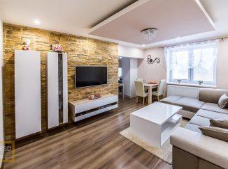 Moderne zariadená biela obývačka s jedálenským stolom
