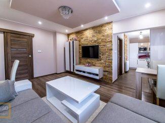 Moderne zariadená biela obývačka s kuchyňou
