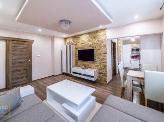Moderná obývačka s bielym nábytkom