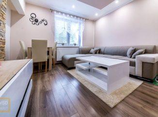 Moderne zariadená biela obývačka s bielym nábytkom