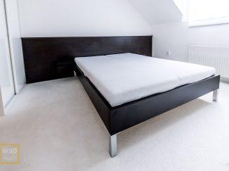Čierna posteľ s čelom
