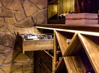 Detail drevenej vinotéky