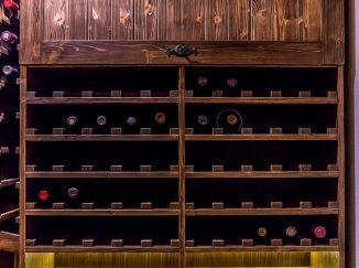 Drevená vinotéka v pivnici