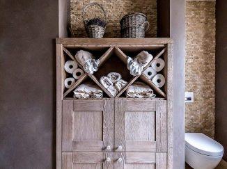 Drevená skrinka s úložným priestorom v kúpeľni