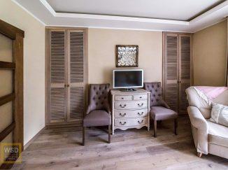 Vintage interiér so vstavanými skriňami