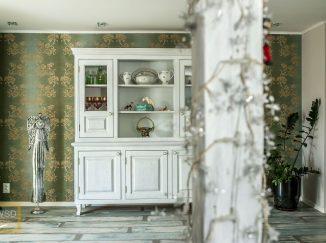 Biela drevená vitrína v miestnosti