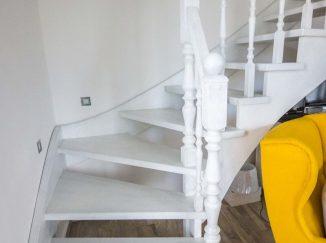 Biele interiérové schody