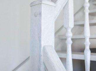 Detail bielych interiérových schodov
