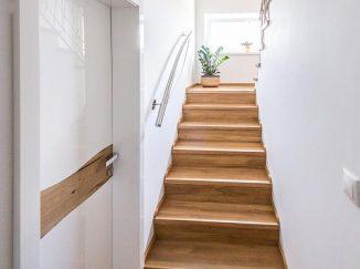 Biele interiérové dvere s drevom a schodisko