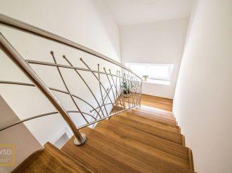 Moderné drevené schody s nerezovým zábradlím